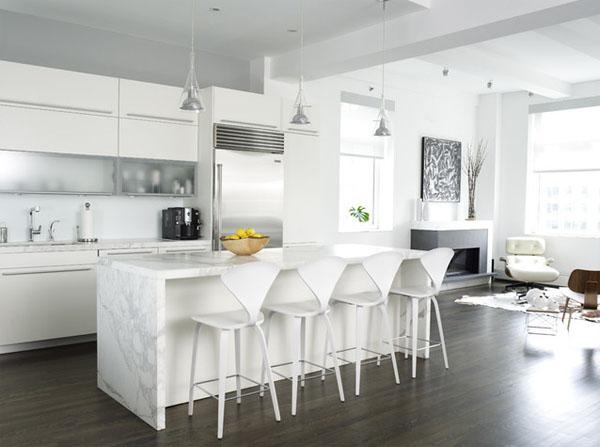beyaz ve çizgili tonlu mutfak