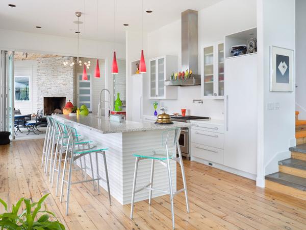 canlı renkler ve beyaz mutfak