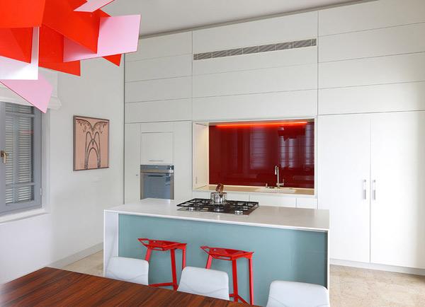 beyaz ve kırmızı tonlu mutfak