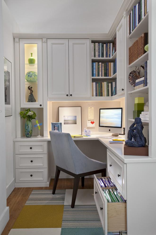 beyaz dolaplı home office