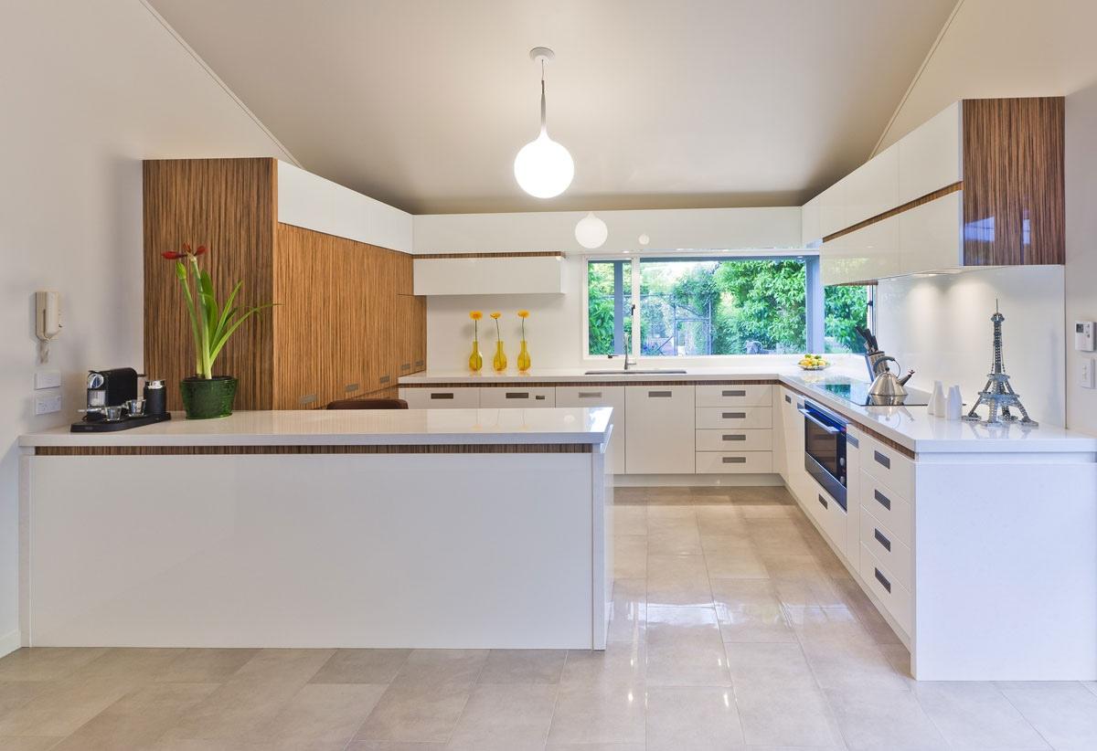 parlak beyaz kaplamalı mutfak