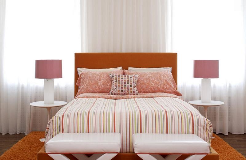 pembe masa aydınlatmalı yatak odası