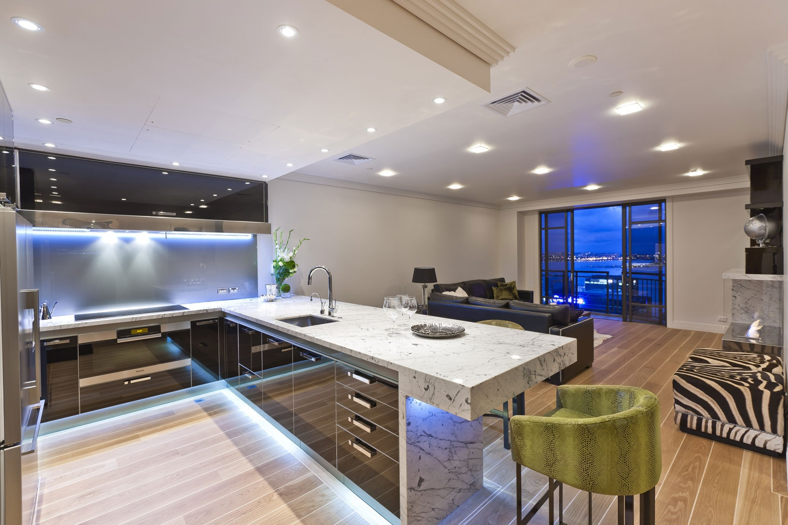 spot ışıklı modern mutfak