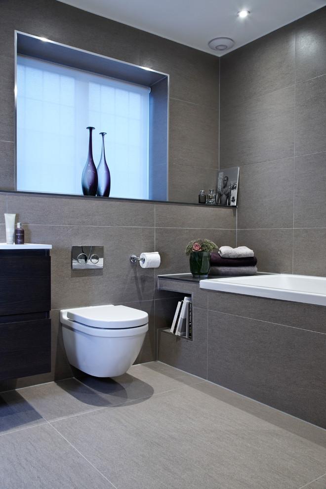 gri banyo ve beyaz klozet