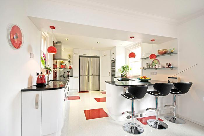 kırmızı beyaz mutfak resmi