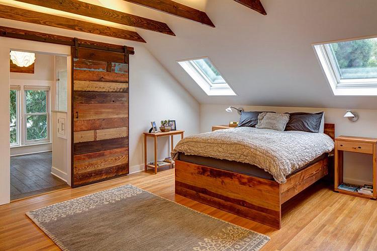 Çatı katı kapılarına enfes bir ahşap örnek