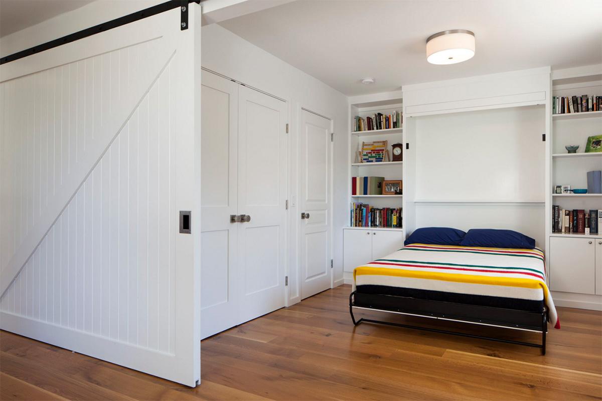 Büyük sürgülü yatak odası kapılarına beyazın nefis bir örneği