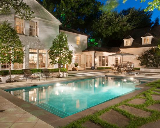 Beyaz havuzlu ev