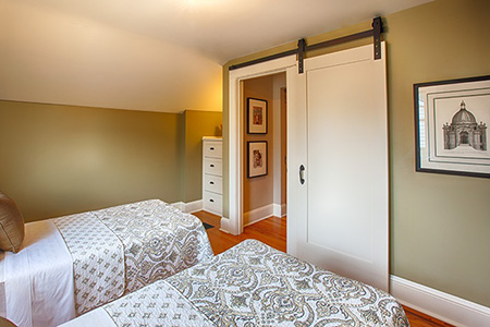 Beyaz yatak odası kapılarına enfes bir örnek