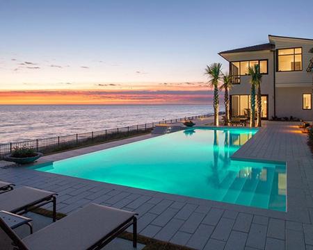 Deniz manzaralı havuzlu ev
