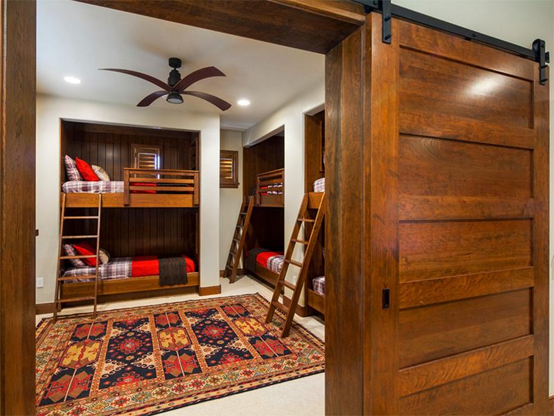 Harika yatak odasına, aynı güzellikte bir kapı