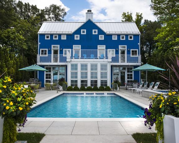 Havuzlu büyük mavi ev