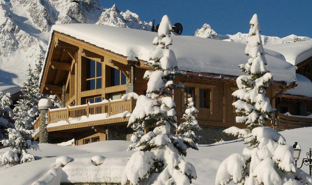 Karlı dağ evi