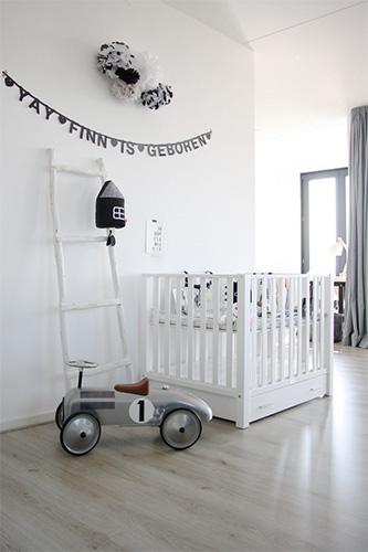Minimalist bebek odası modeli, beyaz ve sadelik ön planda