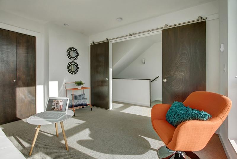 Modern yatak odası kapılarına iyi örnek teşkil edecek gri rengi