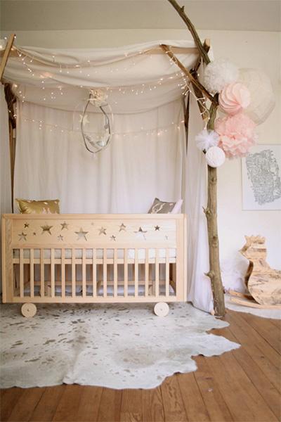 Oldukça saf ve doğal bir öeneğe benzeyen oda, otantik bebek odası modellerine iyi bir örnek