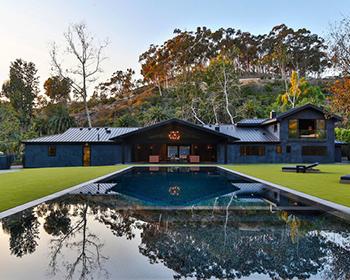 Uzun havuzlu ev