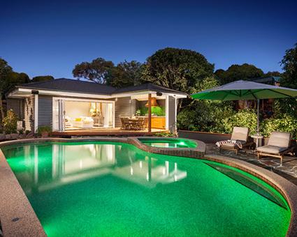 Yeşil havuzlu ev