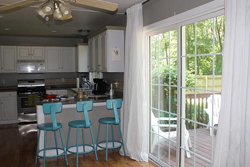 Beyaz renkli bir mutfak perdesi.