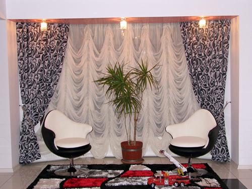 Siyah üzeri desenli salon tipi şık perde.