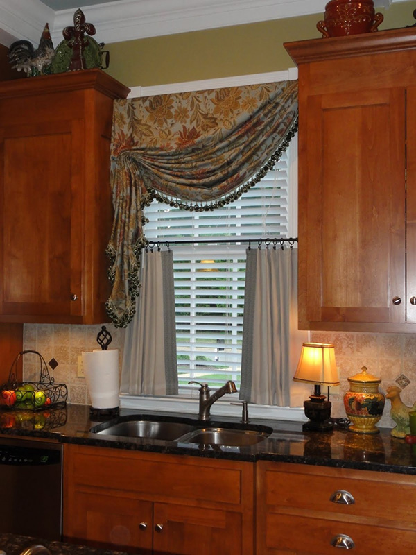Farklı ve koyu renkli bir mutfak perdesi görüntüsü.
