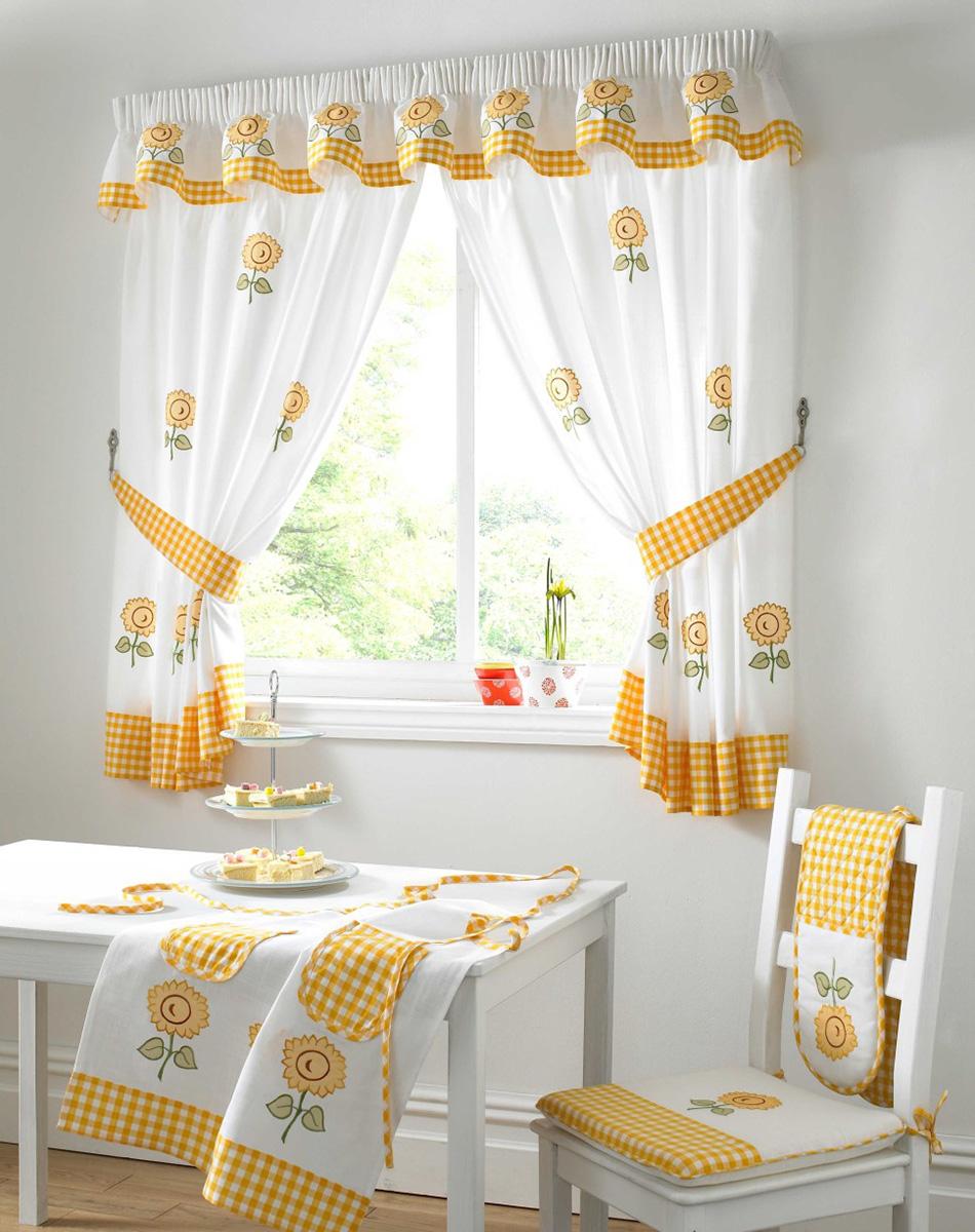 Sarı çiçekli harika beyaz mutfak perdesi.