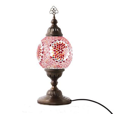 Klasik tarzda mozaik tasarımlı bir abajur.