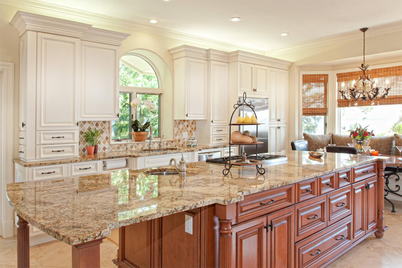Şık ve oldukça etkileyici mermer döşemeli mutfak tezgahı.