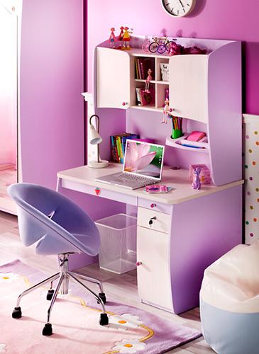 Mor renkli kız çocuk için özel tasarlanmış çocuk masası ve dolabı..