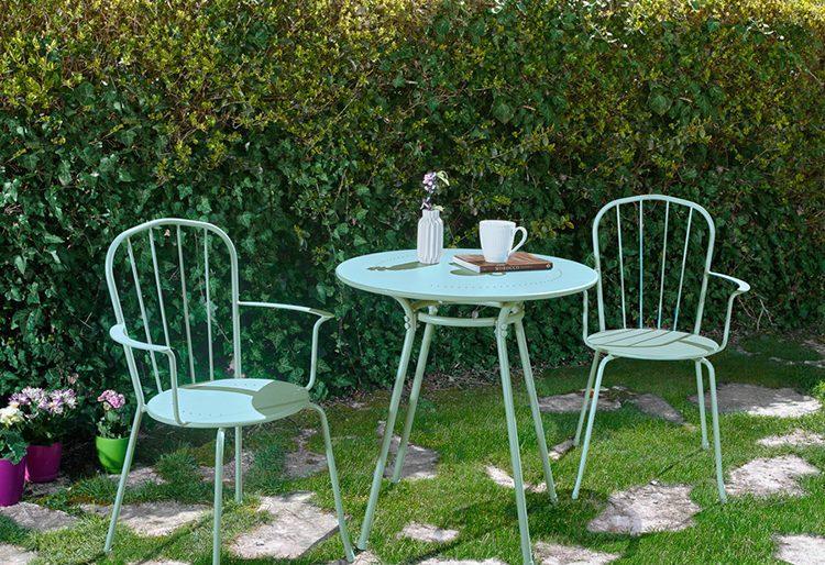 Bistro tarzı yeşil bahçe masası..