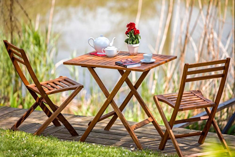 Kullanışlı küçük tahta sandalyeler ve masa..