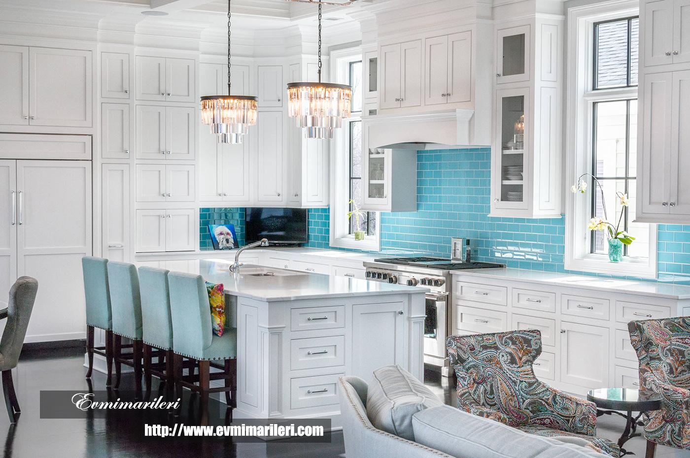 Beyaz ve mavi mutfak tasarımı