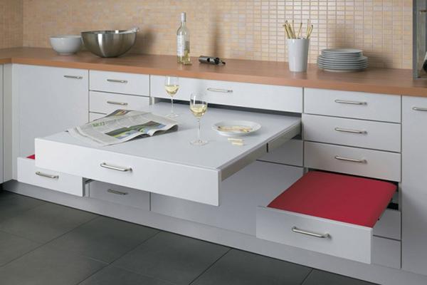Çekmece görünümlü ve açılabilir masa ve sandalye..