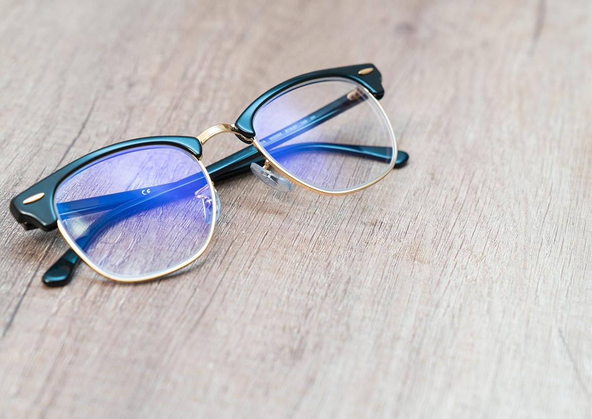 Mavi ışığı engelleyen gözlüklerle çocuğunuzun gözlerini koruyun. Online Eğitim için Okula Dönüş Malzemeleri