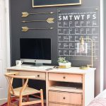 Bir mimar, ofisinde; aynı derecede dekoratif ve kullanışlı olan silinip yazılabilir bir takvim sistemi geliştirmiş.