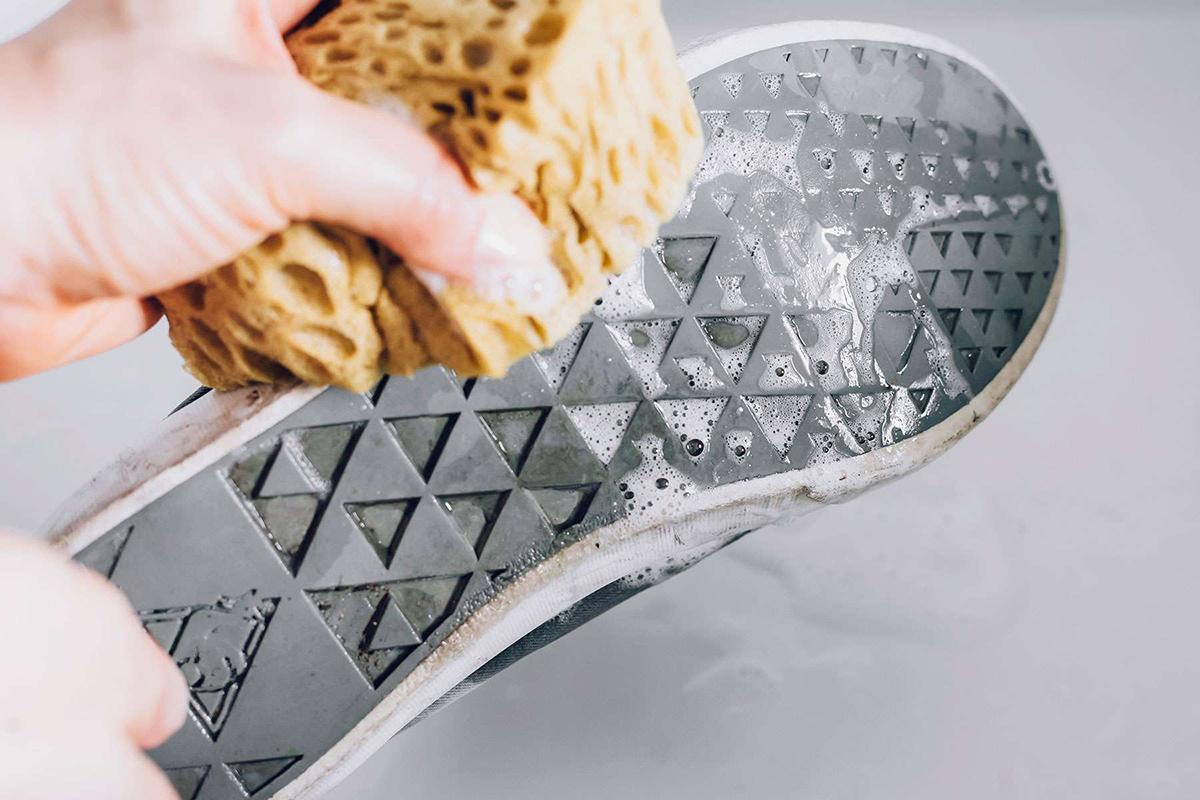 Tabanlar çok kirliyse, sıyrık izlerini gidermek için melamin sünger kullanın.