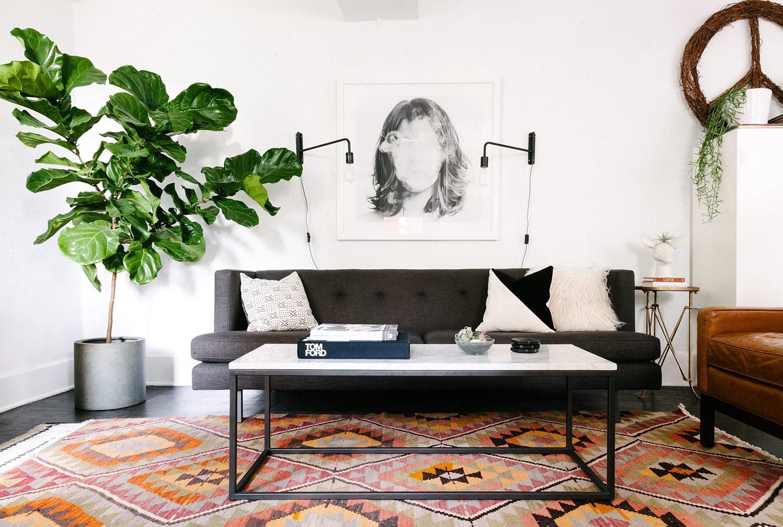 Doğal ışık demetleri, gri kanepenin ve yan koltuğun alanı daraltmasını önler. 13 Minimalist Küçük Oturma Odası.