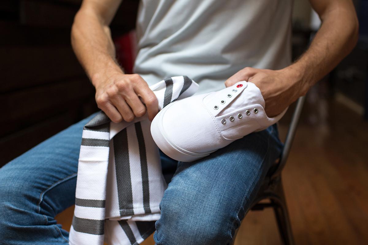 Bez Ayakkabılar Nasıl Temizlenir. Yıkama işlemini bitirdikten sonra, ayakkabıları çıkarın ve doğrudan güneş ışığından uzak bir yere koyun ve ortamın münkünse sıcak olmasını göz önünde bulundurun