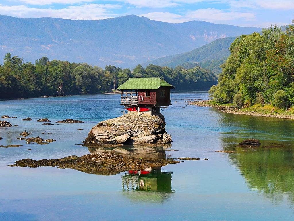 1960'larda nehirde küçük bir sığınak oluşturmak isteyen bir grup genç adam tarafından yapılan nehir evi.. 7 Sıra dışı Ev Tasarımı
