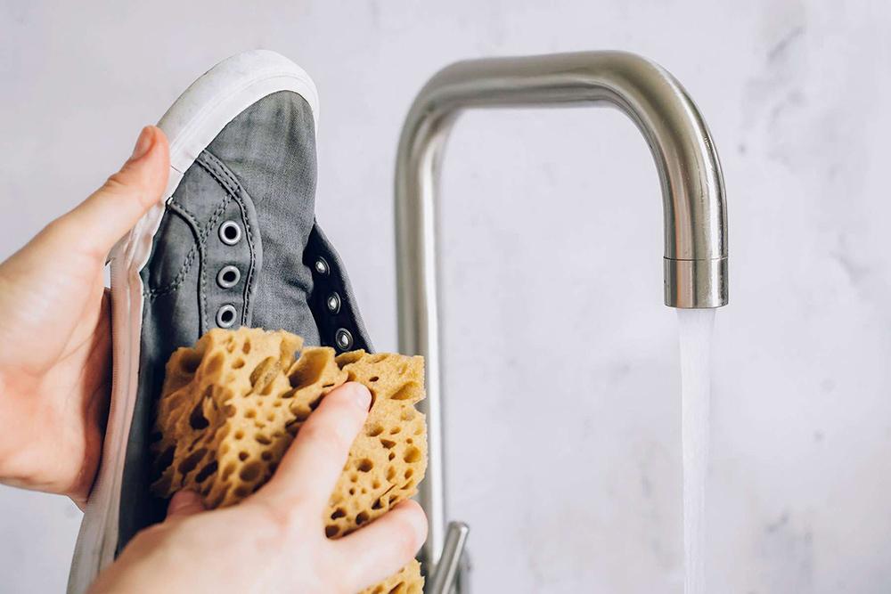 Kir çıkarıldığında, temiz suya batırılmış bir bezle silerek ayakkabılarınızı durulayın.