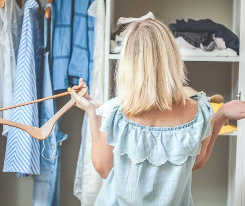 Ne kadar az dağınıklık yaratırsanız, dolabınızı toparlamak o kadar az zaman alır ve bir o kadar kolay olur. Dolabınızdaki Giysileri Nasıl Düzenlersiniz.
