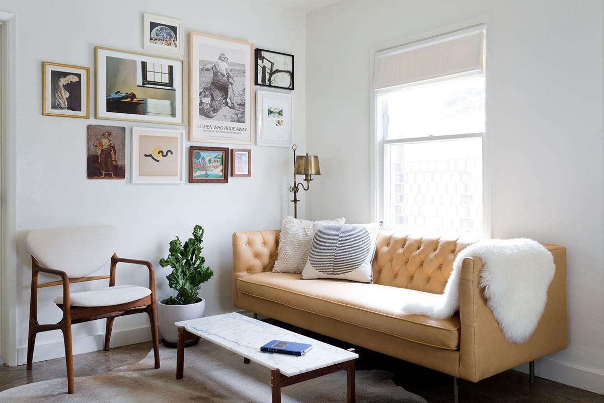 Dar bir köşede, basit dekorasyon ipuçlarıyla küçük bir oturma odası oluşturun.