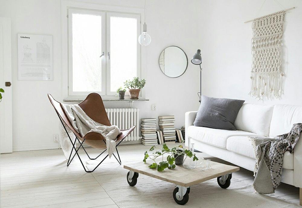 İskandinav esintili dekorlarla harmanlanmış bir karışım olan bu küçük oturma odası; soluk renk paleti, mekana sakin ve rahatlatıcı bir hava katan ortamıyla göz alıcı. 13 Minimalist Küçük Oturma Odası.