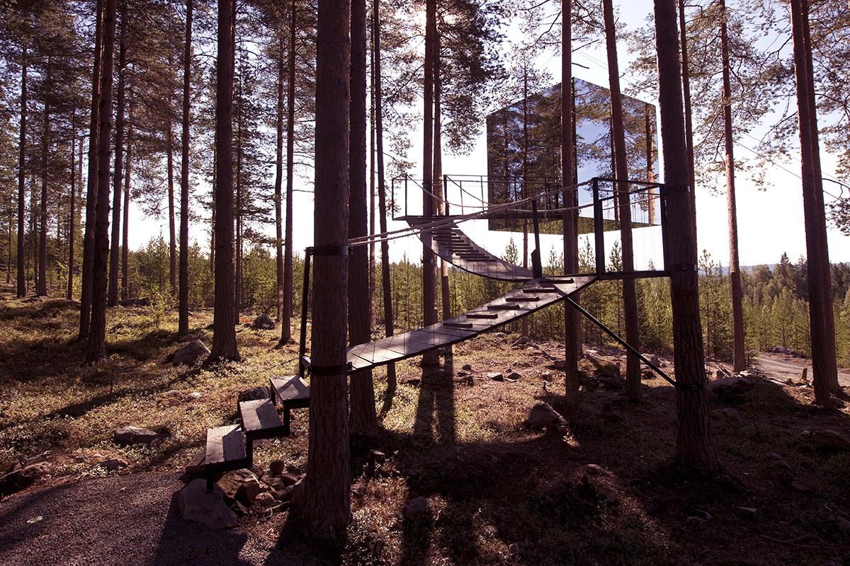 Uzun bir ağacın etrafına sarılmış küp şeklinde olan bu yapı İsveç'te