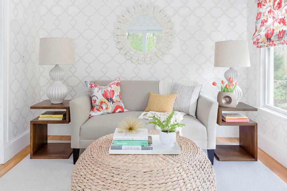 Kare planlı oturma odası son derece dar olduğunda, bu mekanda gösterildiği gibi küçük ölçekli mobilyalarla oturma odanızdan en iyi şekilde yararlanmanın adeta püf noktası gösterilmiş