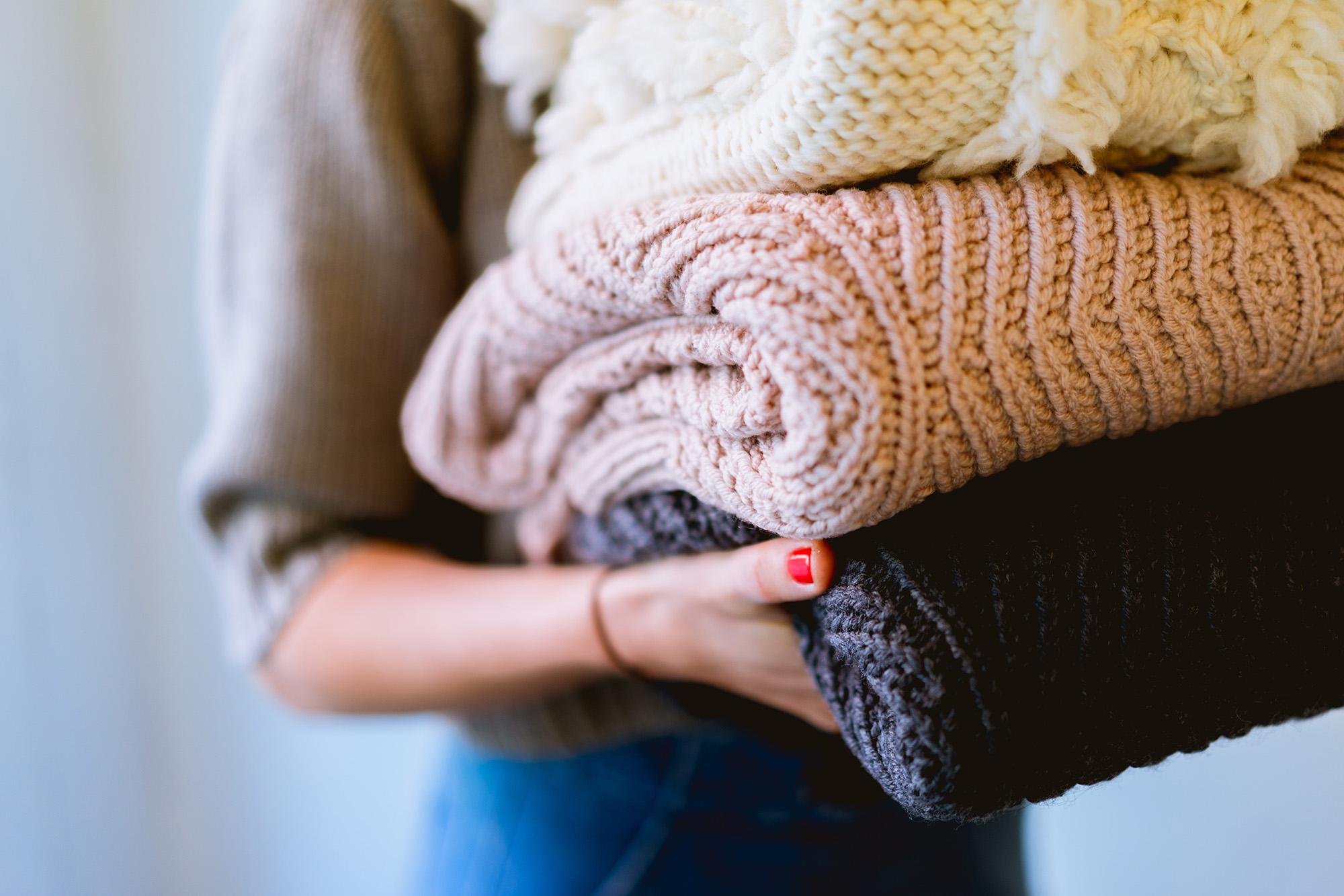 Giysinizi temizleme ve giyside kokuyu giderme şansınız yoksa, fazla kurumu silkeleyin. Mümkün olan en kısa sürede çamaşırları bir kuru temizleyiciye götürün