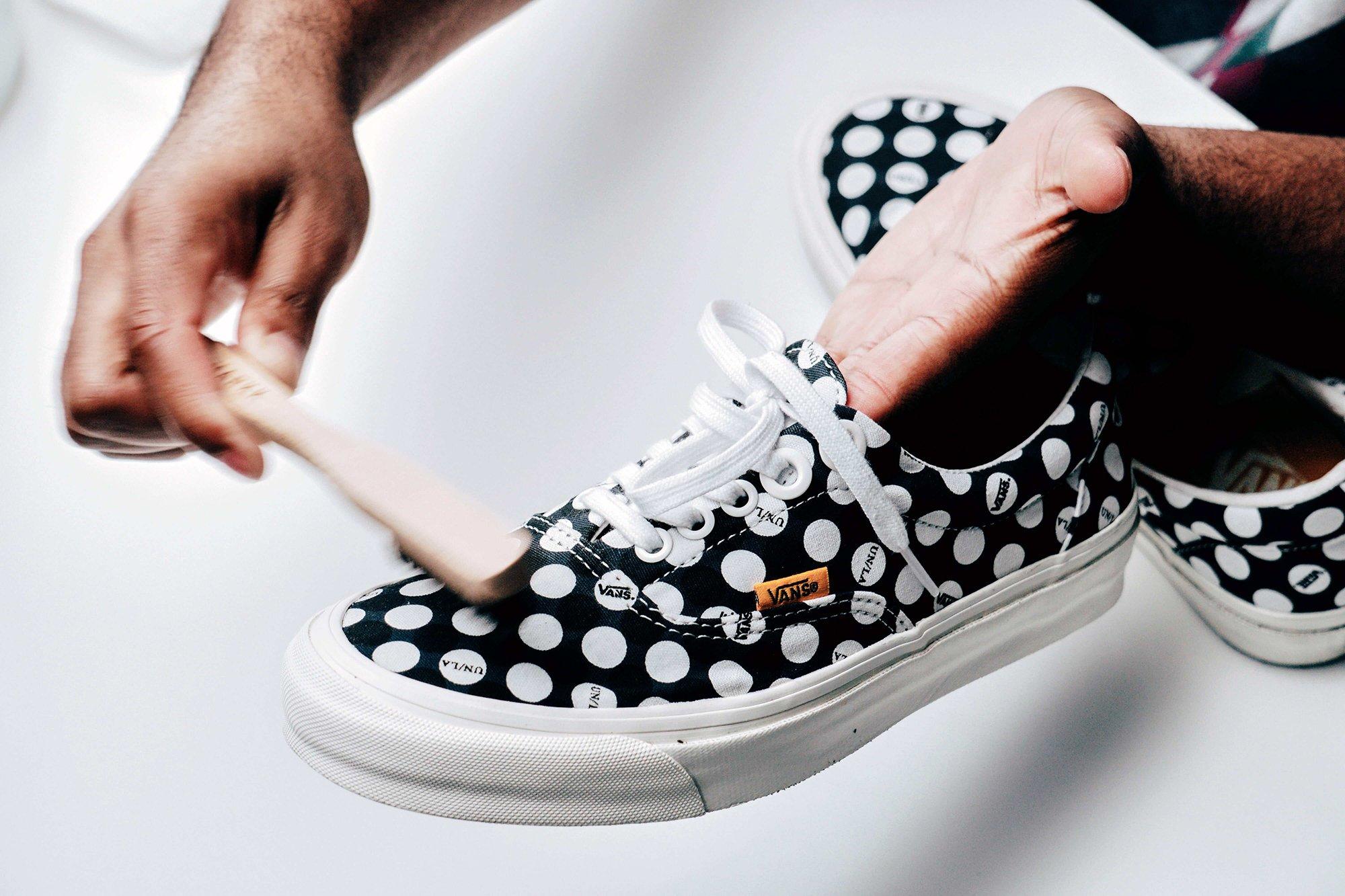 Ayakkabılarınızda gözle görülür lekeler varsa, belirli lekeyi ön işleme tabi tutmak için bir miktar deterjan kullanın.