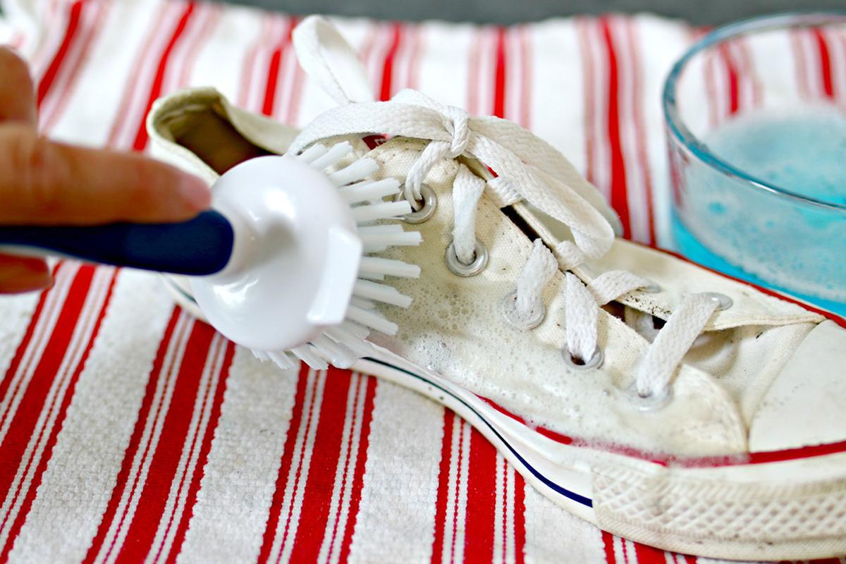 Bez Ayakkabılar Nasıl Temizlenir. Bunun için; bir çay kaşığı kadar çamaşır deterjanı kullanın. Deterjanı hafifçe bastırın (Fairy ve Persil, gresi ve zorlu lekeleri çıkarmak için en çok işe yarayan deterjanlardandır.) Ve yumuşak kıllı bir fırça ile tuvale (bez ayakkabı zeminine) uygulayın.