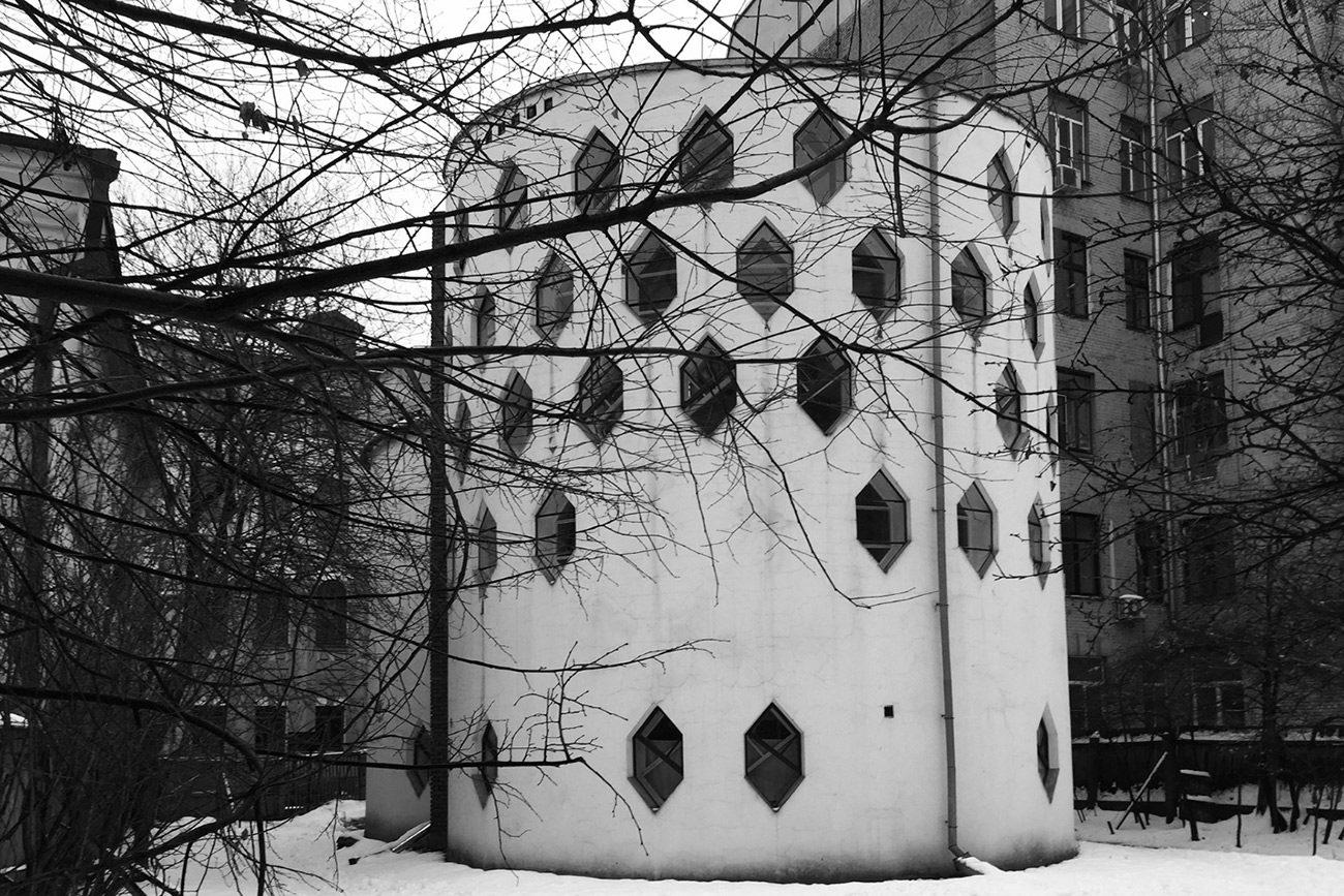 Eğimli bir duvarda düzinelerce altıgen pencere bulunan ev, görenleri şaşırtıyor. 7 Sıra dışı Ev Tasarımı
