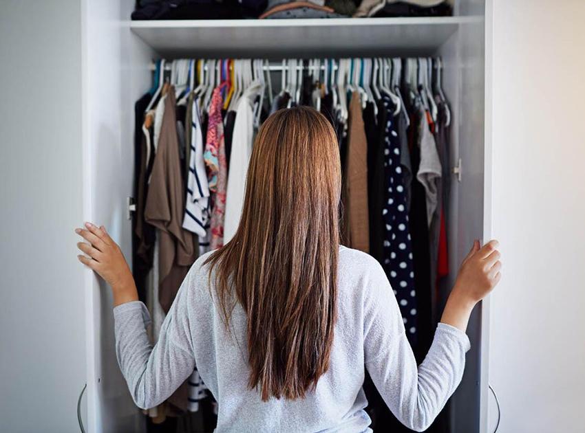 Bu, kurtulması en zor gözüken sorun olabilir. Kendinize şu veya bu nedenlerden herhangi bir kıyafeti neden gardropta tuttuğunuz sorusunu sorun. Dolabınızdaki Giysileri Nasıl Düzenlersiniz.